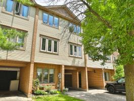 3 BEDROOM FREEHOLD TOWNHOME IN RIVER OAKS!